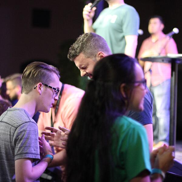 ywam-tyler-inpsire-worship-missions-conference-unearthed-praying-together